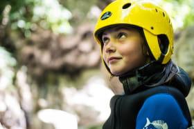 enfant avec casque de canyoning