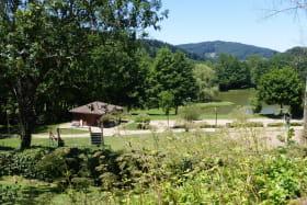 Chalet-Gîte du Plan d'eau d'Azole (Gîte N° 1) à Propières (Rhône - Beaujolais Vert) : sur place, le plan d'eau aménagé.