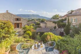 La petite terrasse panoramique au sommet du jardin