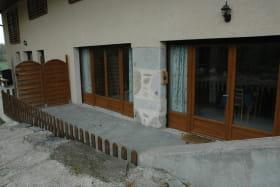 Une terrasse, donnant sur l'espace cuisine et sur le salon, agréable et fraîche en été.