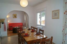 Espace cuisine et sa grande table 8 places