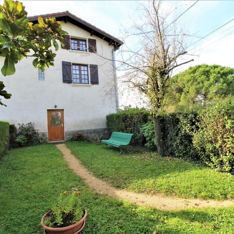 Gîte 'La Grange des Vignes Rouges' à Brindas (Rhône - Ouest Lyonnais) : la maison comportant 2 gîtes avec entrée commune.