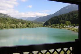 Vue lac l'été dans le coeur des Bauges