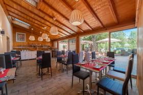 Salle de Restaurant à l'Hôtel Spa le Coq Dort à Châtillon sur Chalaronne