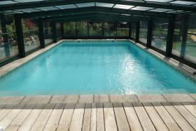 la piscine couverte avec abri Ouverte de mai à septembre.