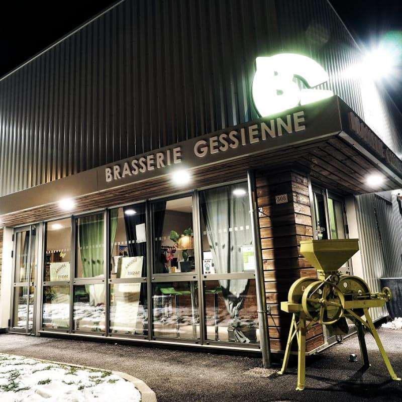 Façade de la Brasserie Gessienne en nocturne