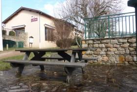 Gîte communal à AFFOUX - en Haut Beaujolais - Rhône : salon de jardin à disposition du GITE.