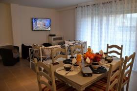 Gîte des Grenades à Toussieu (Rhône, Sud-Est de Lyon) : séjour, espace repas.