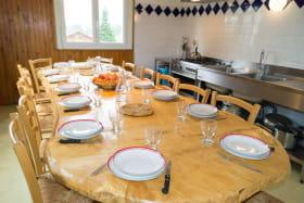 Grand séjour-cuisine bien équipée pour grandes familles et tribus !