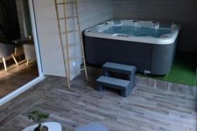 Jacuzzi privatif à l'appartement, dans véranda chauffée l'hiver et climatisée l'été.