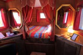 Chambres d'Hôtes en Chassagne à THURINS, dans le Lyonnais - Rhône : la Roulotte (hébergement Insolite) - le coin nuit.