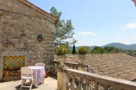 Vue sur la montagne d'uzege qui nous rappelle notre appartenance au duché d'Uzes et qui est la limite entre Gard et Ardeche, région Languedoc Occitanie.