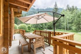 Terrasse au Sud, face au bois du Bouchet et au Massif du Mont-Blanc (Les Drus à l'Est, aiguille du Midi, aiguilles de Chamonix, dôme du Goûter et au fond le mont Blanc