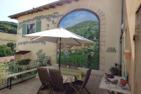 Chambres d'hôtes 'Le Relais du Colombier' à Marchampt (Rhône - Beaujolais) : petite terrasse pour se prélasser en lisant ou en prenant le verre de bienvenue tout en profitant de la vue.