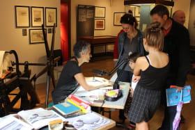 On fait aussi des ateliers et des démonstrations de gravure