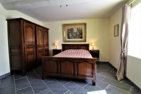 Gîte 'Le Carcan' à Fleurie (Rhône, Beaujolais, sud de Mâcon) : la chambre double au rez-de-chaussée.