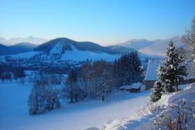 Vue sur le village, le tremplin, une partie du domaine skiable