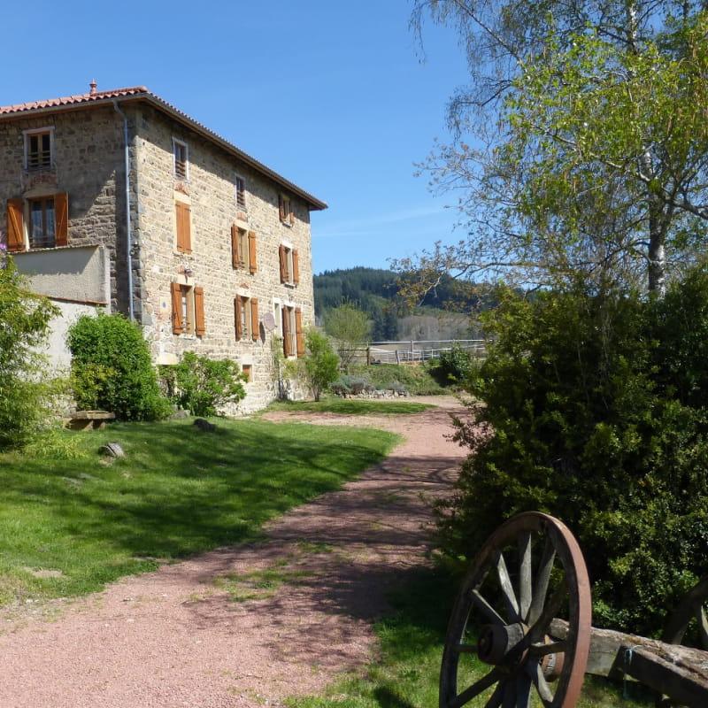 Gîte 'La Glycine' à Meaux la Montagne (Rhône, Beaujolais Vert, près du Lac des Sapins) : l'accès au gîte.