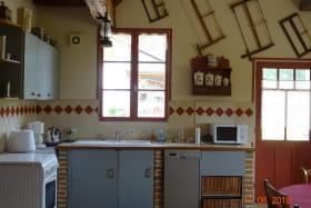 Cuisine équipée (30m²) mise à la disposition des hôtes. Ancien four disponible ....poêle a bois