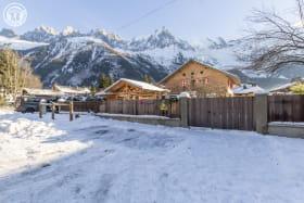 Chalet Le Bivouac et vue sur les Aiguilles de Chamonix