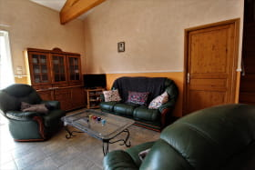 Gîte des Cerisiers à Courzieu, dans le Lyonnais - Rhône : le coin-salon au rez-de-chaussée.