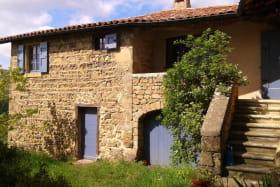 Gîte/maison de vacances 'Les Mûriers de la Rafilière' à Saint-Martin-en-Haut (Rhône-Monts du Lyonnais - Ouest de Lyon) : façade du gîte et son entrée indépendante.