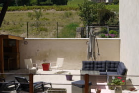 Gîte 'Chez Gaby et Pierrot' à Quincié-en-Beaujolais (Rhône, Beaujolais Vignobles) : espace détente à l'extérieur.