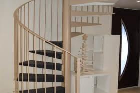 Montée d'escalier et entrée du gite