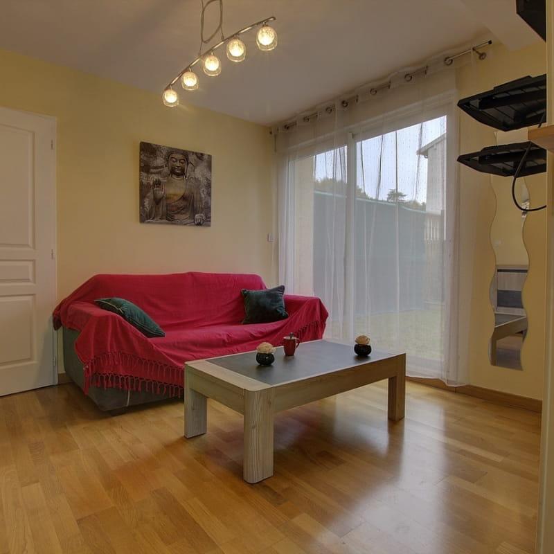 Salon très lumineux avec coin nuit comprenant un canapé convertible de qualité.