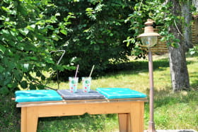 Gîte 'Le Petit Colombier' à Chambost-Longessaigne (Rhône - Monts du Lyonnais - Sud de Tarare) : le jardin privé.