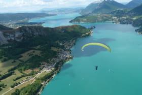 Parapente au dessus du Lac d'Annecy