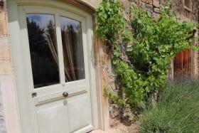 Gîte 'Le Clos Victorine' à Jullié (Rhône - Beaujolais) : la porte donnant accès au salon.