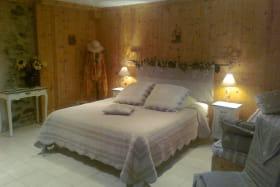 La Chambre Capucine est composée d'un lit 160x200 et un lit 90x180; Lits de qualité