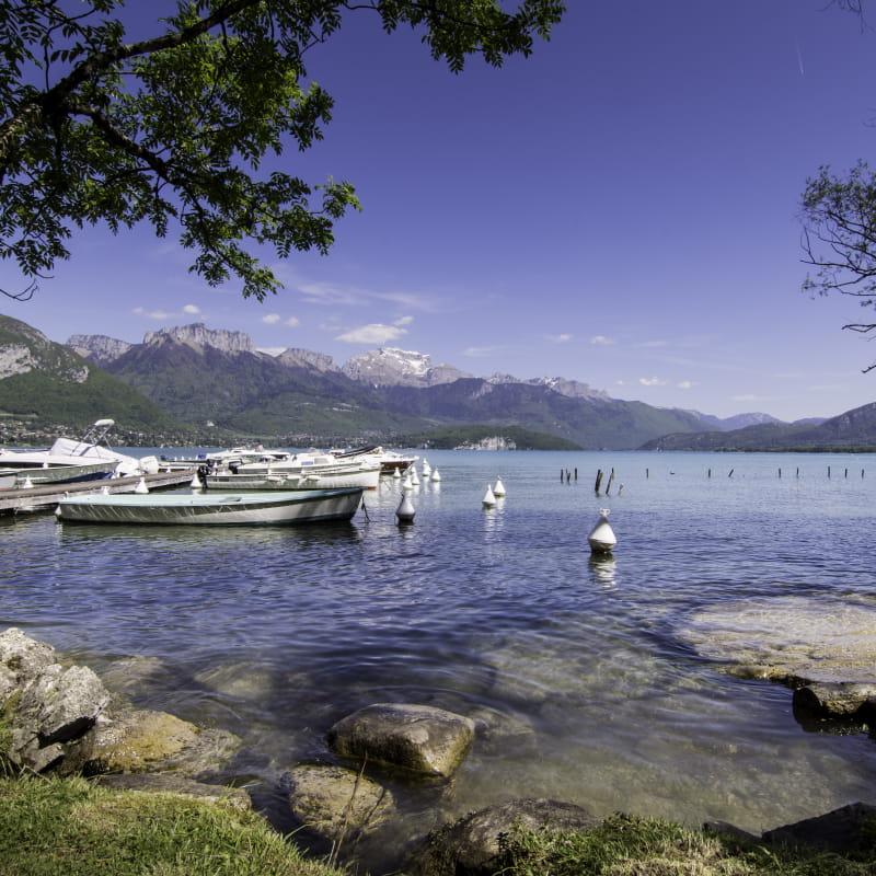 Ponton sur le lac d'Annecy à Sevrier