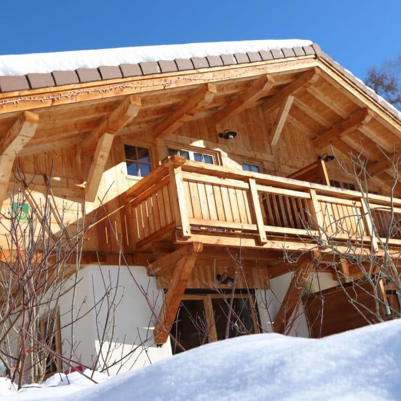 Avant du chalet: en bas salon et séjour plein sud et en haut dortoir et chambre parentale avec balcon.