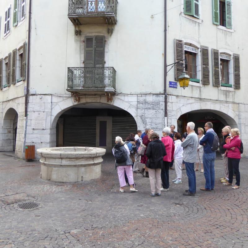 Devant le puits Saint-Jean à Annecy