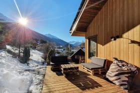 Terrasse #1 en bois ensolleillé avec vue magnifique sur le montagnes.