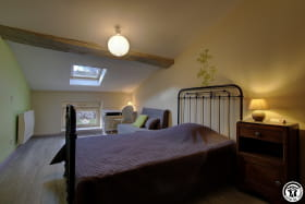 Chambre composée d'un lit en 120cm pour une personne et d'une chauffeuse convertible en couchage de 100cm pour une personne.