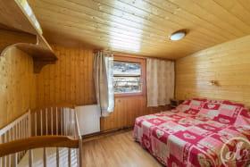 Appartement Le Lys Martagon -  Albiez Le Jeune - Proche station de Ski Albiez Montrond - chambre double avec lit bébé