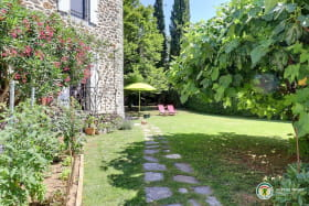 Grand jardin en partie ombragé