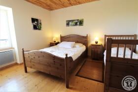 Gîte 'L'Orée des Vignes' à Cercié-en-Beaujolais (Rhône - Beaujolais): Chambre (1 lit 2 personnes, 1 lit 1 personne) - étage.