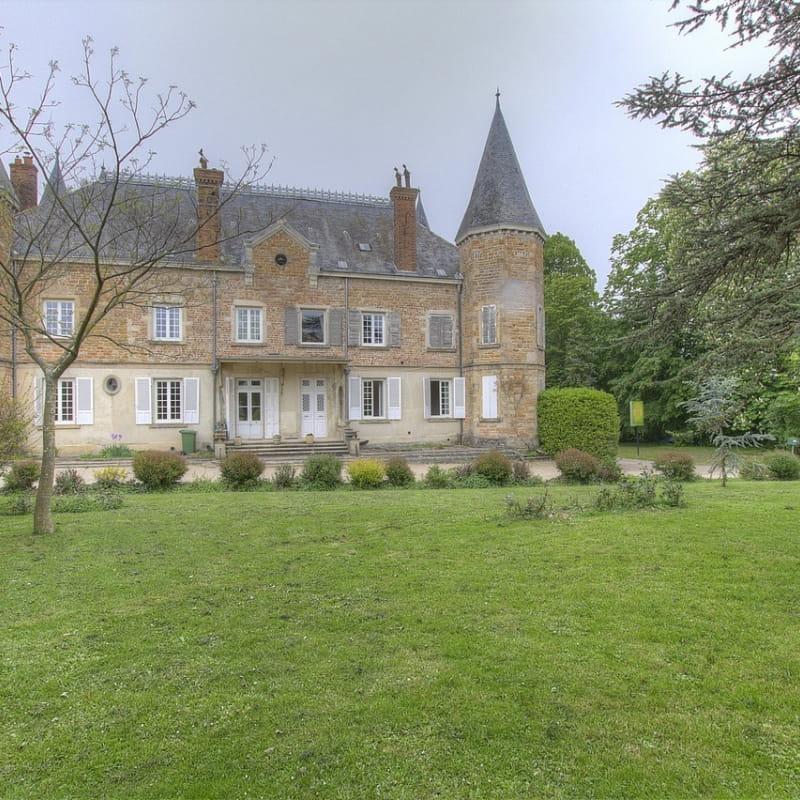 le gîte se situe au RDC du Château de la Griffonnière.
