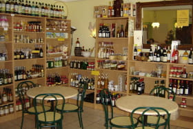 Espace boutique de la Boucle présentant produits du terroir, faits maison et épi