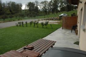 Une belle terrasse donnant sur un jardin privatif qui permet d'agréables repas en famille.