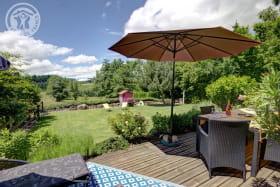 Grande terrasse en bois donnant sur le jardin