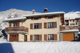 F1 dans maison individuelle au rez-de-chaussée, plein sud, 46 m2, 4 personnes maxi, dans un endroit calme et situé à 300 m à pieds des pistes de ski .