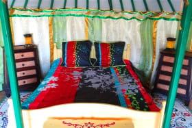 Yourte traditionnelle avec de grandes tentures mongoles
