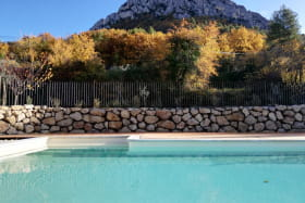 La piscine surplombe le terrain à l'écart des gîtes.