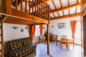 Gîte 'Le Grenier des Vignes Rouges' à Brindas (Rhône - Ouest Lyonnais) : séjour, canapé convertible et mezzanine