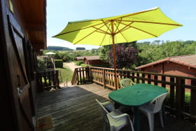 Chalet-Gîte du Plan d'eau d'Azole (Gîte N° 1) à Propières (Rhône - Beaujolais Vert) : la terrasse surélevée.